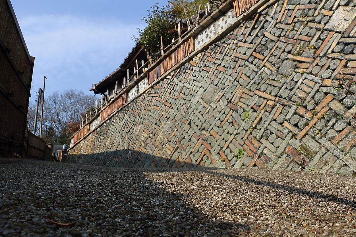 幾何学模様の壁(瀬戸百景)