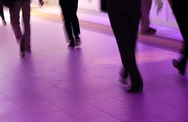 歩くビジネスマンの足と靴