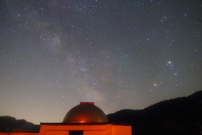 天の川と西美濃天文台