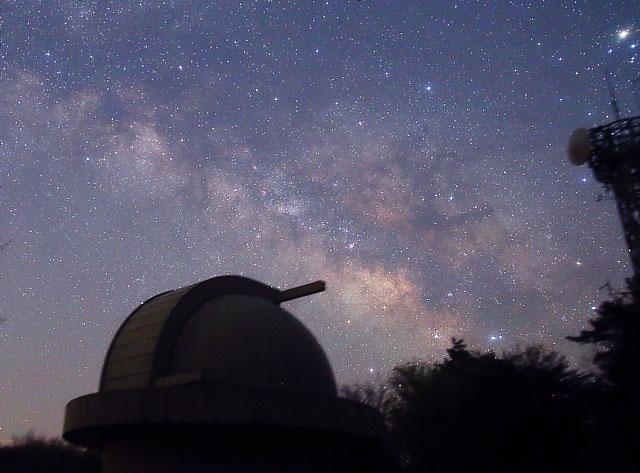 天文台と天の川