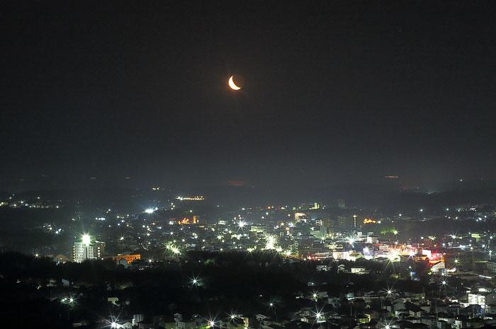 横山展望台からの夜景と三日月