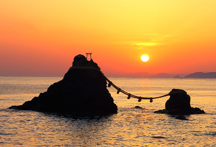 夫婦岩の間から昇る日の出