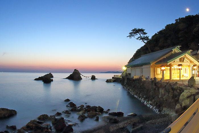 夫婦岩の間から昇る日の出の撮影ポイント