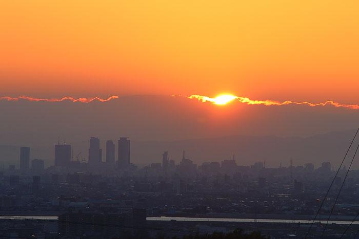 名古屋駅周辺の高層ビル群と日の出の開始