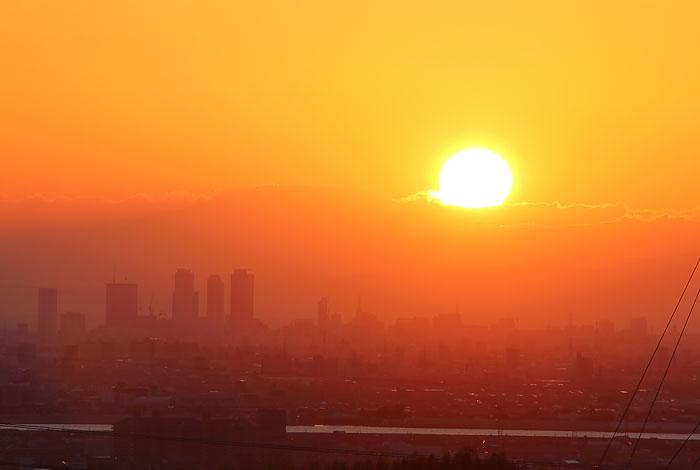 名古屋駅周辺の高層ビル群と日の出
