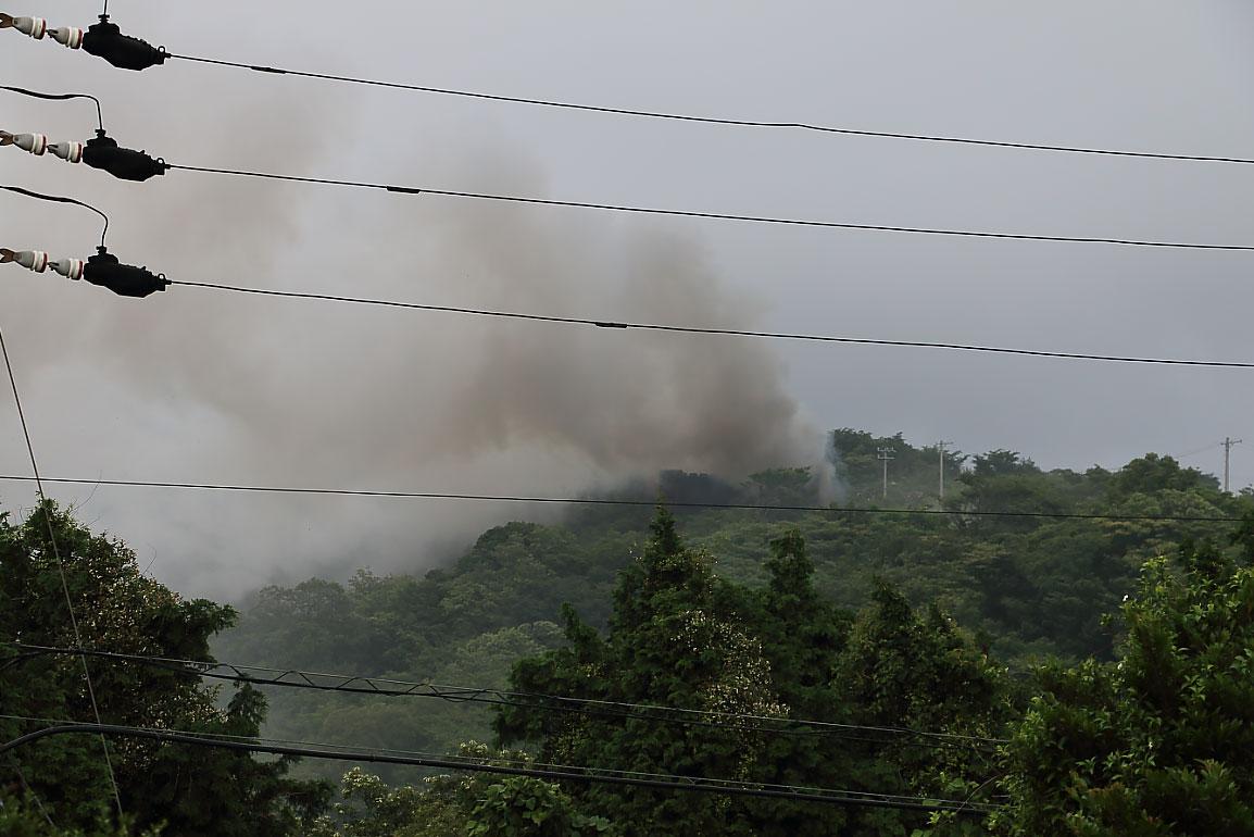 山頂の方から煙が発生