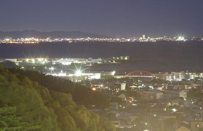 マクロレンズで撮影した三河湾の夜景
