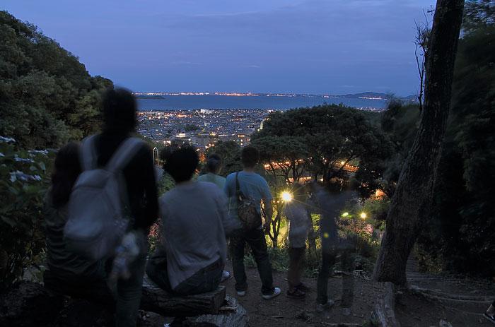 夜景を鑑賞する人