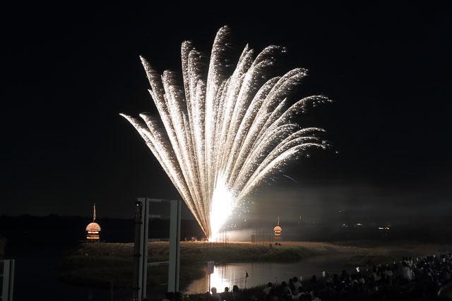 木曽川の中洲から打ちあがる花火