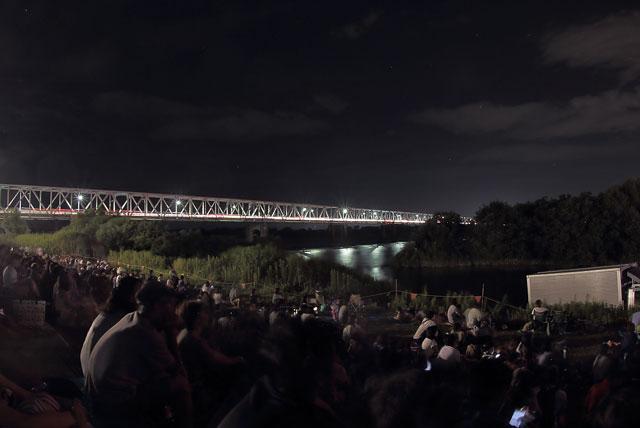 濃尾大橋と河川敷会場の様子