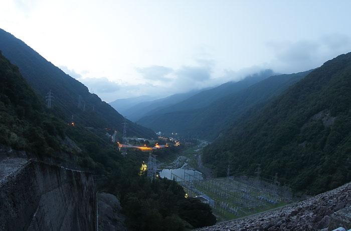 御母衣ダムの上から見た景色