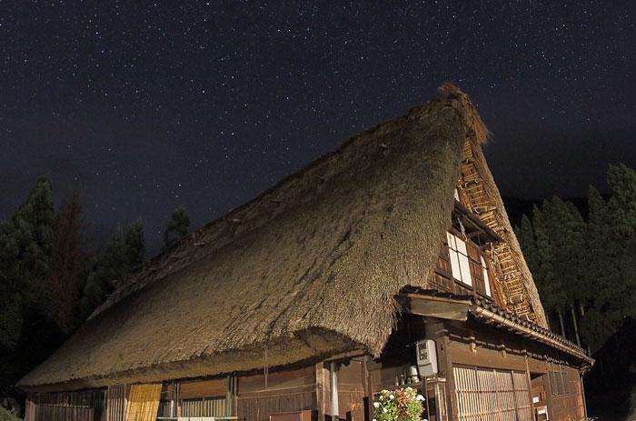 合掌造りの家と星