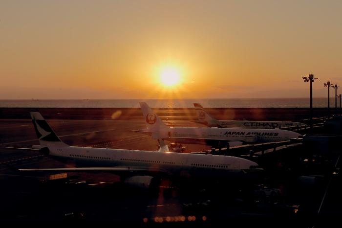 夕日と旅客機