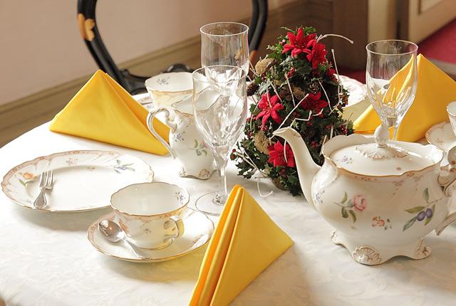西郷隆盛邸内の洋風のテーブル