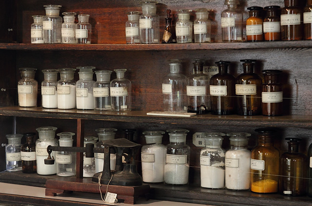 診療所の薬棚