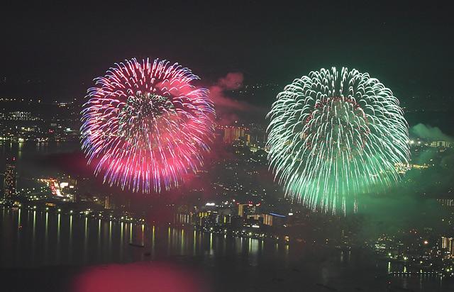 赤と緑の大輪の花火