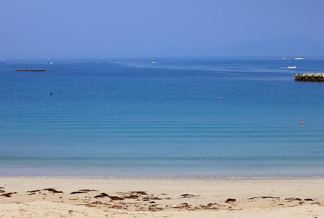 穏やかな波と透き通った海