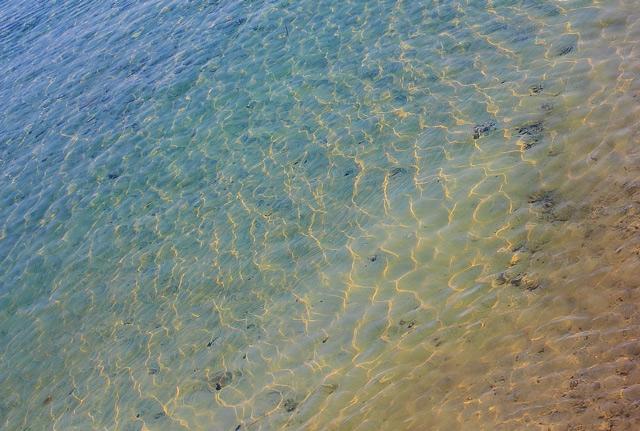 海底が透き通ってみえます