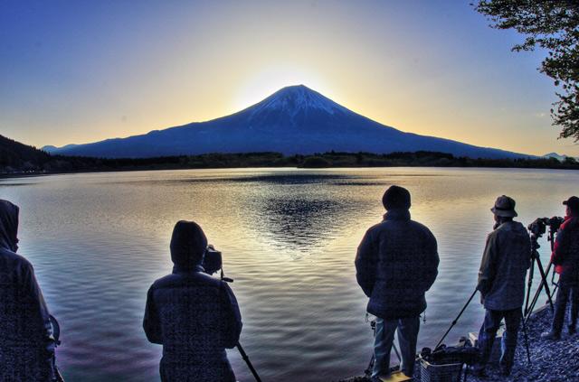 ダイヤモンド富士を待つ人々