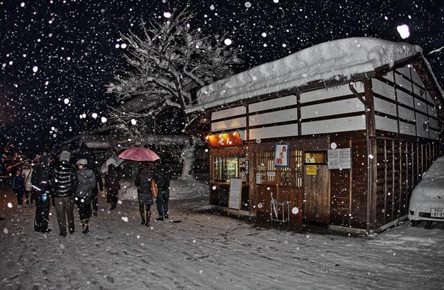 雪が降る夜の白川郷