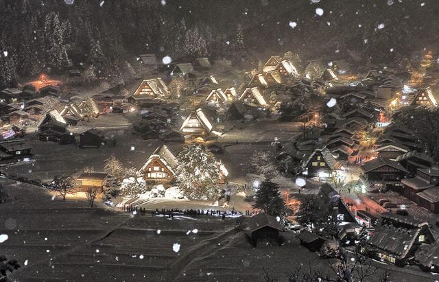 展望台から望むライトアップされた雪の日の白川郷