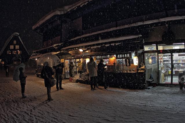 飛騨牛コロッケと飛騨牛串焼きの店に並ぶ人々