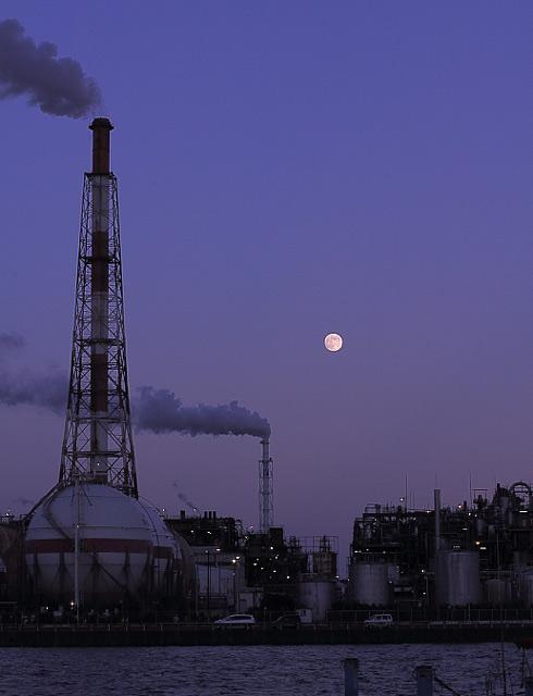 満月と霞コンビナート