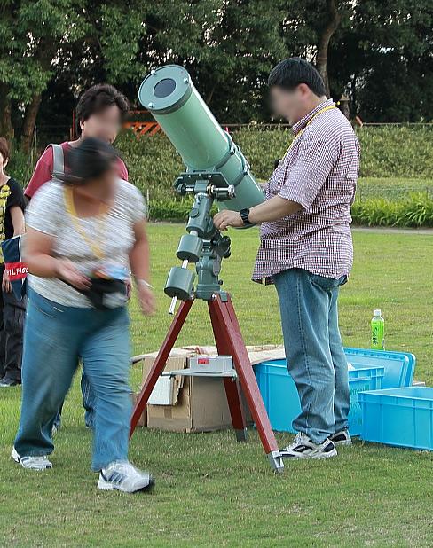 天体望遠鏡を組み立てるスタッフ