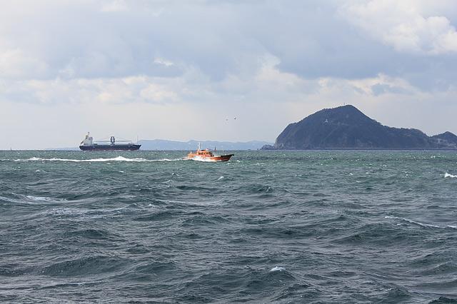 太平洋を横断するタンカーと船