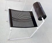 背もたれが回転するモダンな椅子