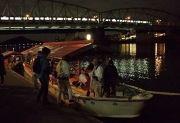 観覧船に乗船する人々