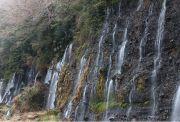 崖面からの湧水が白い糸のように流れ落ちる