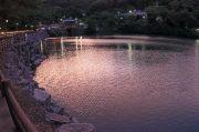 夕暮れ時の空が映った補陀ケ池
