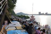 無料観覧スポット。名鉄犬山ホテル前、日本ライン河川敷の会場の様子