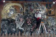 お猿の巨大絵馬を描く絵師
