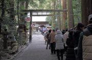 椿大神社本殿に参拝する人々