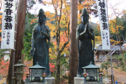 2体の仏像と紅葉