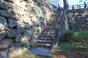 石垣の上に登る階段