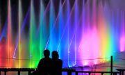 カップルと虹色の噴水エンターテイメントショー