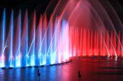 青と赤の噴水が吹き上がる様子