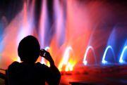 噴水ショーをスマホで撮る人