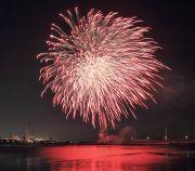 港の水面に映し出される四日市の花火