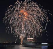 船の光跡とキラキラ花火