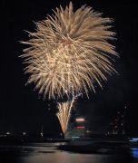 打ち上げ花火と船の明かり