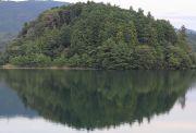 湖に反転した映る山