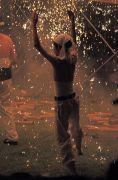 火の粉が降り注ぐ中で踊る若者
