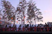 岩田橋を渡る人々と笹飾り