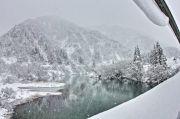 雪山と氷がはった川