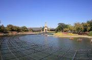 中央の池とレストランマルセイル